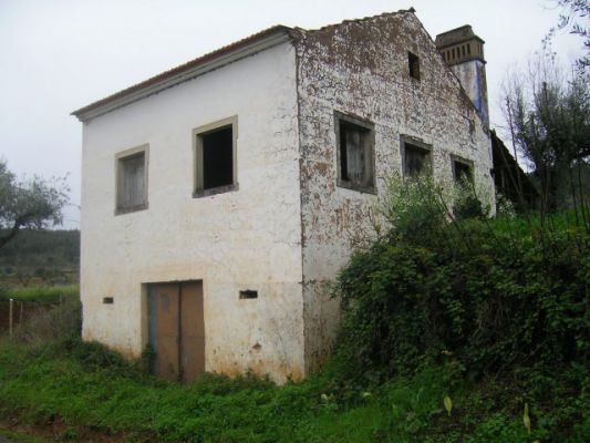 A stone cottage with flat land for sale near Tomar, Central