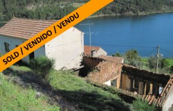 Property for renovation and another to reconstruct, with great views to the lake, in a hamlet on the northern part of the Castelo do Bode lake.