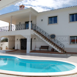 A beautiful property with undisturbed views of the lake for sale near Tomar, central Portugal at Tomar for 270000