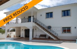 REDUCED IN PRICE // A beautiful property with undisturbed views of the lake for sale near Tomar, central Portugal