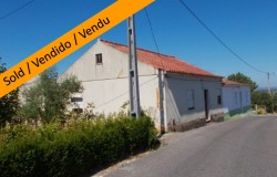 A nice country property with land, storage space and well for sale near Tomar