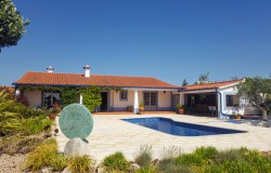 An enchanting bungalow situated on a hilltop with panoramic views and a swimming pool for sale near Tomar, Central Portugal.