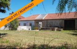 A three bedroom house with three large annexes and a walled, wonderful plot near Tomar for sale.