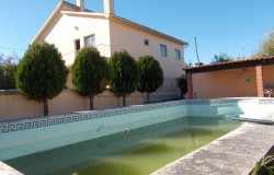 QUICK SALE NEEDED!! A two storey house with a swimming pool and just under 5500sqm of land for sale only 10 minutes outside of Tomar