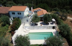 3 Bedroom traditional stylishly renovated retreat home, good for guesthouse, large pool, Tuscan like views near Alvaiazere