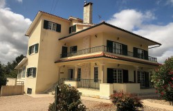 Large Detached 6 bedroom edge of town villa with swimming pool, stunning mountain views close to amenities in Alvaiazere