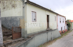 Semi-detached old stone house to renovate with garden located only 8 km away from Tomar, central Portugal