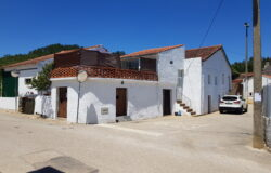 Two adjoining houses, one with a roof terrace and one with a 930m2 plot of land. Miranda do Corvo