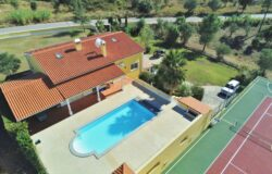 A fabulous villa in a great location with a swimming pool and tennis/basketball court for sale near Tomar