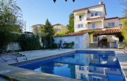 A three floor family home with a swimming pool and garden for sale just outside of the town of Tomar
