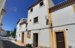 A luxurious turn key townhouse in the historic part of Tomar for sale