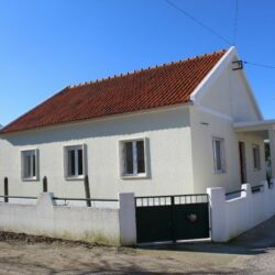 A three bedroom bungalow with a small garden area for sale within walking distance of Tomar at Tomar for 157500