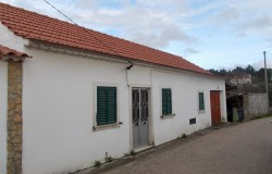 4 bed cottage with garage and 3,520 square metres of land for sale near Tomar, central Portugal