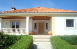 Detached five bedroom traditional Portuguese style villa with pool and garden for sale near Tomar.