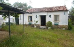 Two bed cottage with garden for sale in Tomar, central Portugal