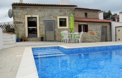 A spacious four bedroom restored stone house with swimming pool for sale near Alvorge, central Portugal