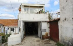 A habitable three bedroom property with a small terrace and garage for sale 10 minutes from Tomar
