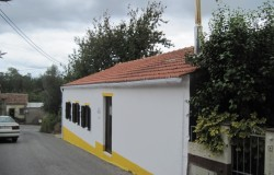2 bedroom restored stone cottage with a nicely landscaped garden for sale near Ferreira do Zêzere, Central Portugal