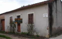 Traditional country cottage for sale near Torres Novas central Portugal