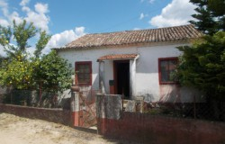 Two bedroom stone cottage for sale near the lake, Tomar