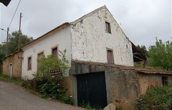 Two bed stone cottages for sale in Ferreira do Zêzere central Portugal