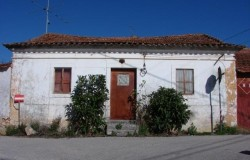 Semi-detached stone cottage for sale in central Portugal