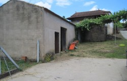 Farm house with 3,400 sqm of land for sale in central Portugal