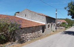 A two bedroom, detached stone cottage with garden for sale near Ferreira do Zezere, central Portugal