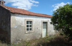 House in need of renovation work for sale near Tomar