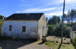 Habitable two bedroom farmhouse with annex and large barn, with one hectare of land in a lovely location for sale near Cernache do Bonjardim.