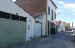 Building with two independent levels and garage/storage space attached next door for sale in the centre of Tomar