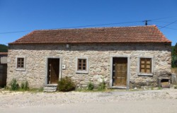 Two bedroom stone bungalow with annex for sale in a peaceful hamlet in the hills north of Figueiró dos Vinhos, central Portugal