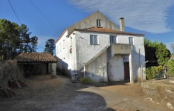 A detached 3 bed stone house with four annexes for renovation in Nesperal, between Cernache do Bonjardim and Sertã for sale.