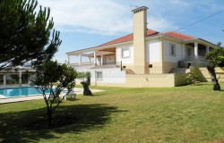 Detached four bedroom traditional Portuguese style villa with pool and garden for sale only 10 minutes from Tomar.