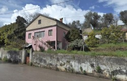 Solid built town house, habitable but in need of modernization works in Sertã for sale.