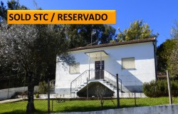 Three bedroom house in Castanheira da Pêra, perfectly habitable, with good attic space, annex and with a fenced garden