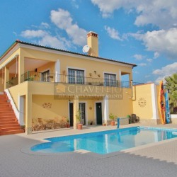 A stunning villa with excellent curb appeal and lake views for sale near Tomar, Central Portugal at Tomar for 395000