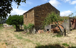 Stone house with a large plot of land located between Cernache do Bonjardim and Sertã central Portugal.