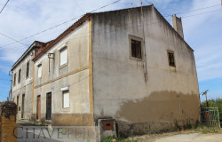 An old stone cottage with lots of potencial and a small garden situated in the middle of the village for sale near Tomar