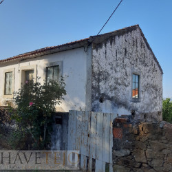 An old property in need of some restoration but with some of the best views of the lake for sale near Tomar at Tomar for 80000