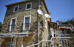 Pretty 1-2 bedroom stone house in a quiet hamlet situated near Castanheira de Pêra