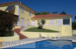 A beautiful property with excellent lake views and a swimming pool for sale near Tomar
