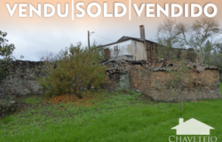 Old stone house with annexes in ruins, with a wonderful diversified large plot of land for sale near Cernache do Bonjardim.