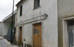 House for restoration with walled garden, center of Ansiao