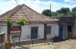 A rustic property set in a great location with excellent views for sale near Tomar and Ferreira do Zêzere